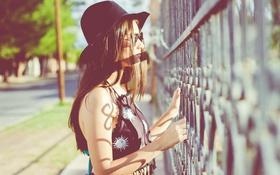 Картинка девушка, шляпа, ограда, брюнетка, очки