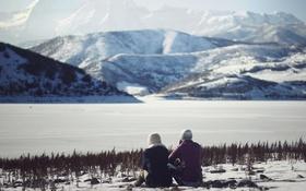 Обои пейзаж, горы, девушки, вид, сидят, куртки