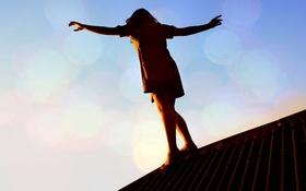 Обои девушка, крыша, свет, идёт, руки