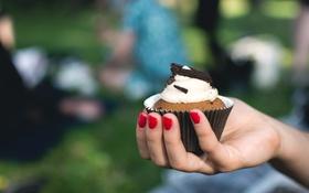 Обои рука, выпечка, сладкое, маникюр, кекс