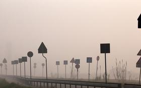 Картинка дорога, туман, знаки