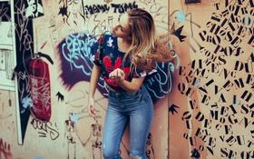 Картинка девушка, стена, джинсы, фигура, ножки