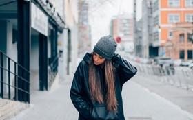 Обои волосы, шапка, девушка, улица, брюнетка
