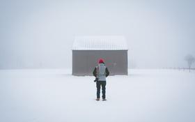 Обои человек, капот, снег, свитер, зима, назад, жилье
