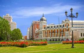 Обои небо, цветы, дома, площадь, Испания, клумба
