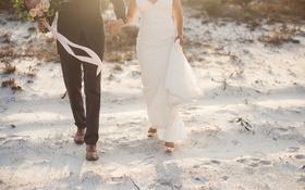 Обои невеста, жених, пляж, песок