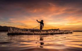Обои закат, озеро, отражение, холмы, всплеск, рыбак, шляпа