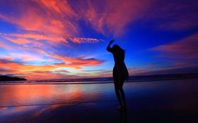 Обои закат, облака, берег, небо, зарево, девушка, море