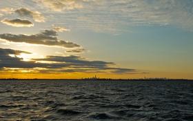 Картинка небо, облака, закат, город, озеро, горизонт