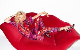 Картинка красный, поза, диван, модель, прическа, блондинка, фотограф