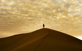 Обои песок, облака, пустыня, небо, парень, человек