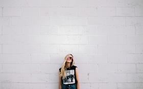 Обои девушка, шорты, очки, блондинка, улыбается