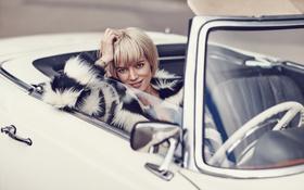 Обои руль, шуба, макияж, певица, актриса, блондинка, одежда