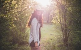 Обои девушка, деревья, шорты, шляпа, брюнетка, локоны