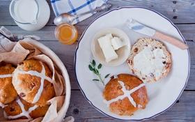 Картинка масло, мед, нож, пасхальные булочки