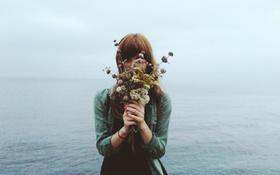 Картинка girl, sky, sea, eyes, hair, horizon, bouquet