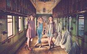 Обои глаза, девушки, поезд, губы, вагон, окна, волосы