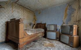 Обои комната, кровать, телевизоры
