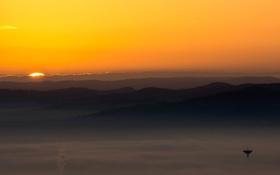 Картинка закат, туман, холмы, силуэт, оранжевое небо
