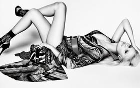 Картинка поза, ноги, модель, платье, блондинка, туфли, лежит