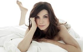 Обои белый, постель, шатенка, Джулиана Маргулис, Сериал хорошая жена