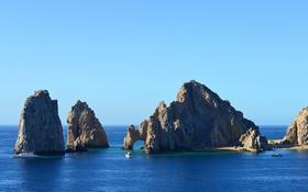 Обои море, небо, скалы, яхта, катер, арка