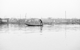 Обои river, boy, canoe, poverty, stilt houses