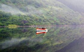 Обои туман, озеро, горы, отражение, лодка, зеркало
