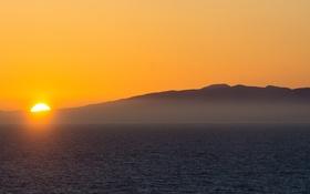 Обои туман, горы, восход, море, желтый небо