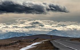 Обои забор, горы, облака, поле, дорога