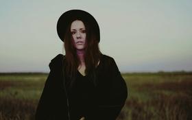 Картинка girl, field, hat, lips, necklaces, rainy, direct gaze