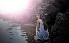 Картинка взгляд, река, камни, майка