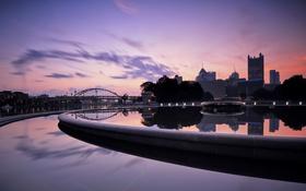 Картинка небо, облака, мост, река, дома, вечер, фонтан