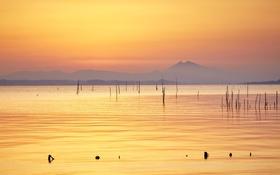 Обои горы, озеро, отражение, сумерки, оранжевое небо, облака м
