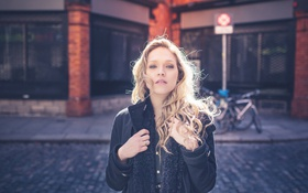 Картинка девушка, улица, волосы, губы, пальто, городской, прямой взгляд