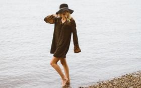 Картинка пляж, вода, шляпа, блондинка