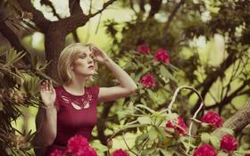 Картинка деревья, цветы, ветки, женщина, волосы, губы, красное платье