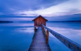 Картинка домик, причал, вечер, озеро, горы, небо