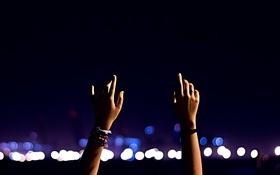 Обои ночь, руки, пальцы, браслеты