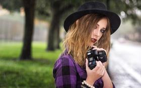 Картинка взгляд, лицо, дождь, волосы, шляпа, фотоаппарат