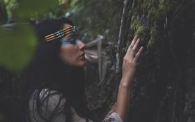 Обои девушка, природа, лицо, дерево, брюнетка, прикосновение