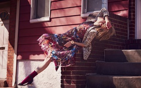 Картинка дом, кирпич, платье, актриса, блондинка, фотограф, лестница