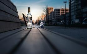 Обои улица, скамья, бутылки