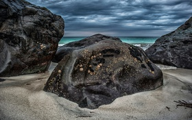 Обои море, тучи, берег, камни, песок