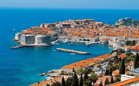 Обои море, лодка, башня, дома, порт, парус, крепость