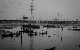 Обои river, poverty, power line, city, canoes, fishermen