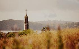 Обои трава, озеро, башня, крест, холм, церковь