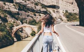Картинка дорога, джинсы, брюнетка