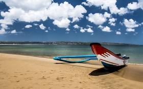 Обои пляж, небо, облака, берег, лодка, тень, рыбацкая лодка