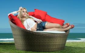 Картинка девушка, диван, Bruna Bloise